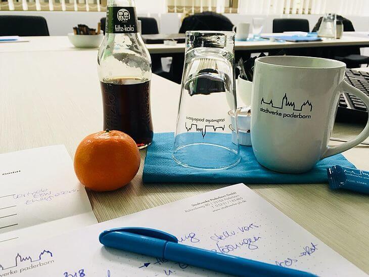 Stadtwerke Paderorn Glas und Tasse mit einem Getränk